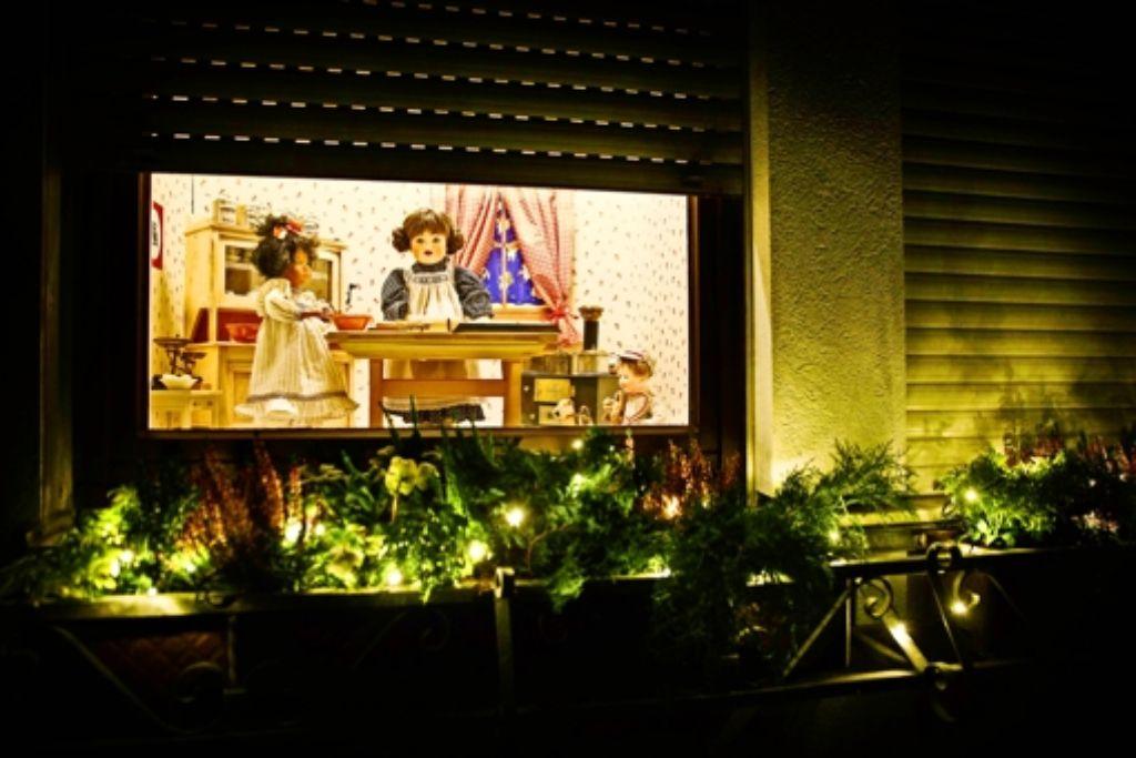In   Rosemarie Stähles  Fenster des begehbaren Adventskalenders  in Oberberken  entstehen  kleine Springerle. Foto: Gottfried Stoppel