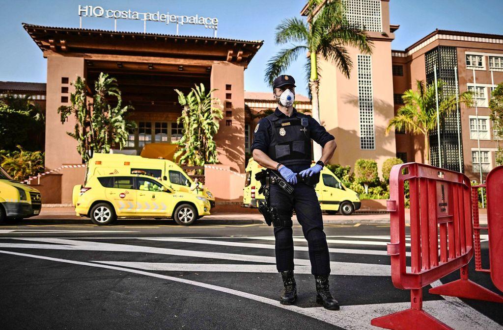 Die Polizei sichert das abgeschirmte Hotel auf Teneriffa, in dem rund 900 Menschen isoliert sind. Foto: dpa/Str