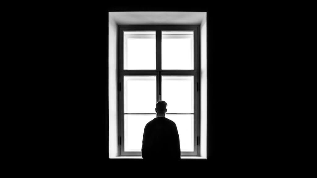 Das Alleinsein in der Isolation ist für viele eine Herausforderung. So überwinden Sie die Einsamkeit in der Quarantäne. Foto: freemind-production / Shutterstock.com