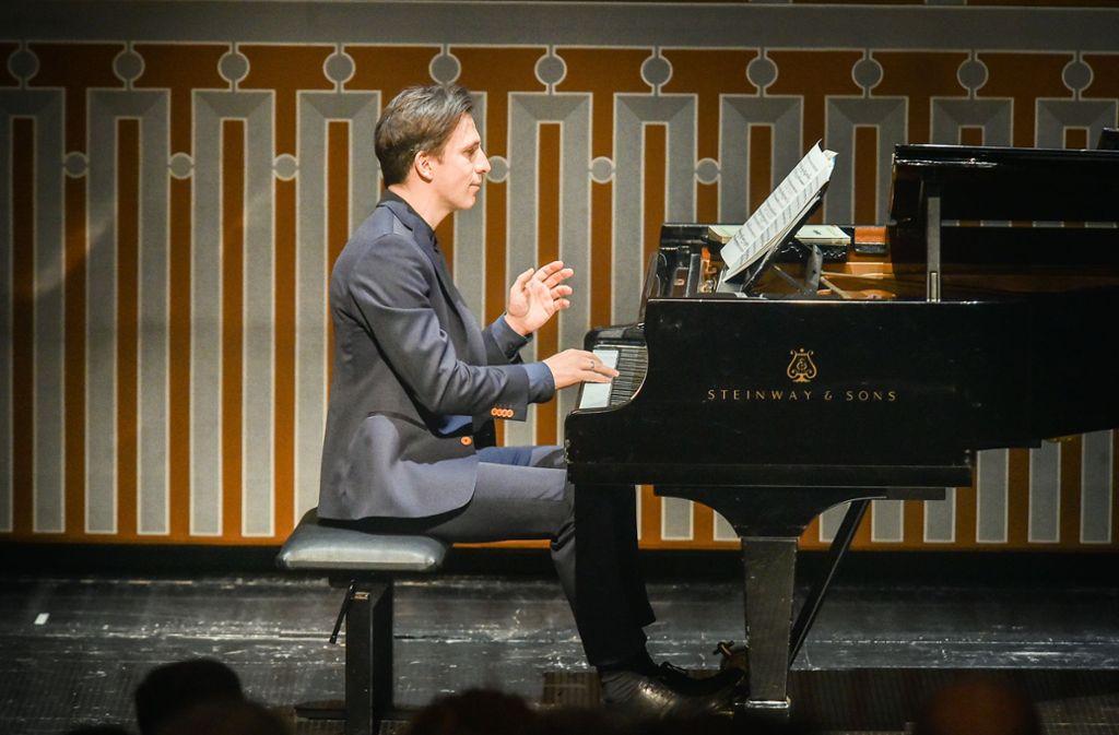 Das kann Cornelius Meister auch: Bei der Matinee am Sonntag hat sich der Dirigent auch als Pianist vorgestellt. Foto: