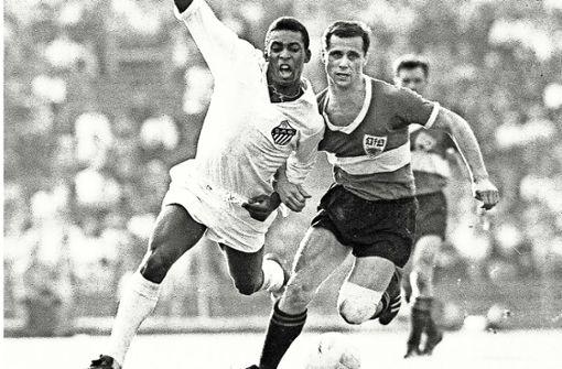 Sogar der Ball bat Pelé um ein Autogramm