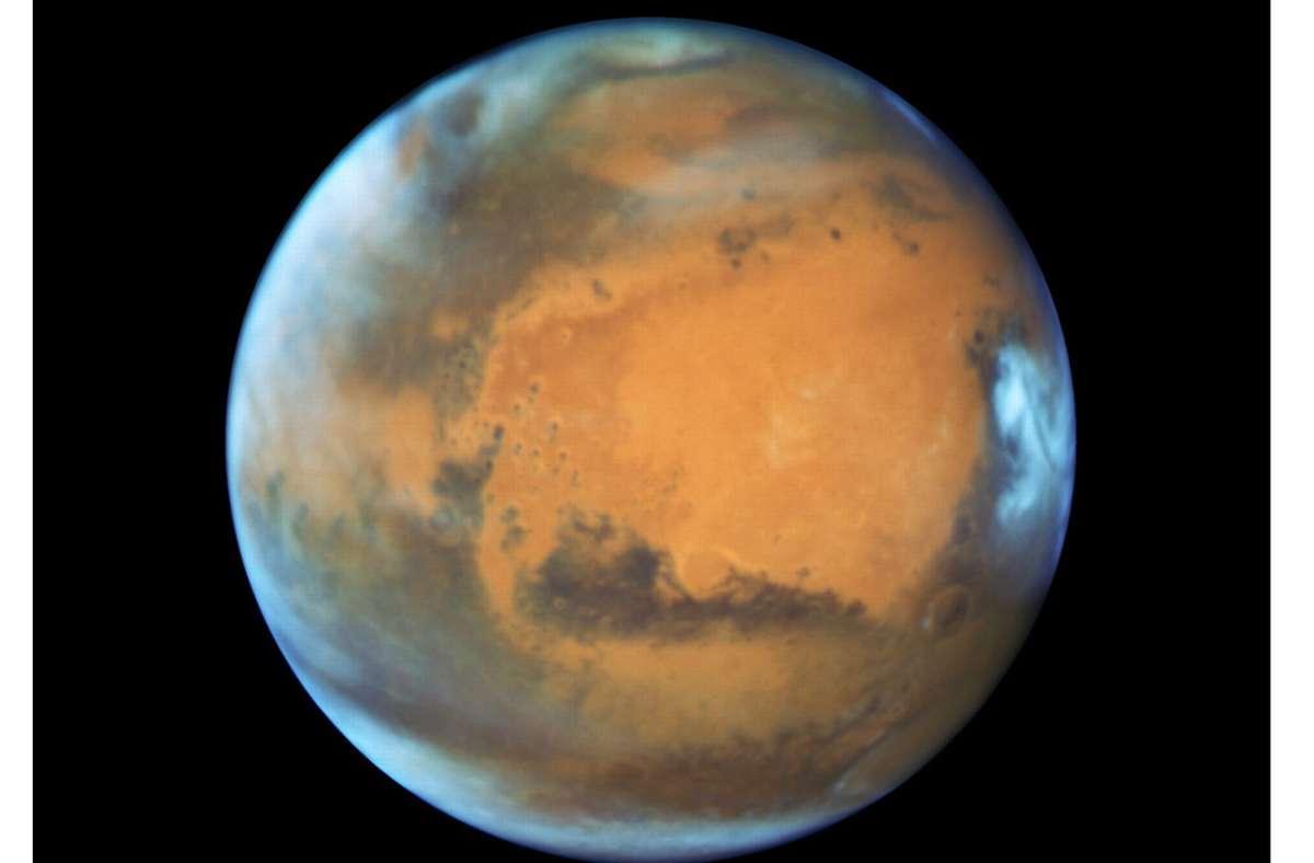 """Der Planet Mars, aufgenommen vom """"Hubble""""-Weltraumteleskop. Mars ist dieser Tage besonders nah an der Erde und kann mit bloßem Auge am Nachthimmel beobachtet werden. Am 13./14. Oktober  wird die Erde genau zwischen der Sonne und dem Roten Planet stehen. Foto: Epa/Nasa/Hubble/dpa"""