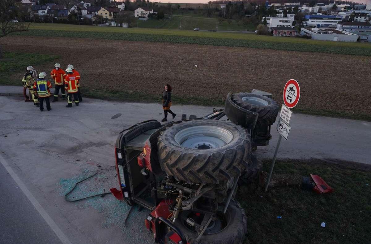 Der Traktor überschlug sich. Foto: Andreas Rosar Fotoagentur-Stuttg