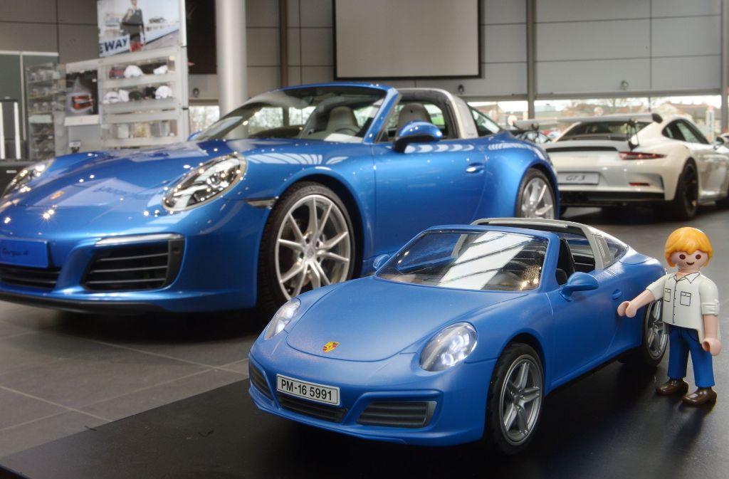 Der in Lizenz gebaute Playmobil-Porsche und sein originales Vorbild der Modellreihe 911. Foto: Berny Meyers/