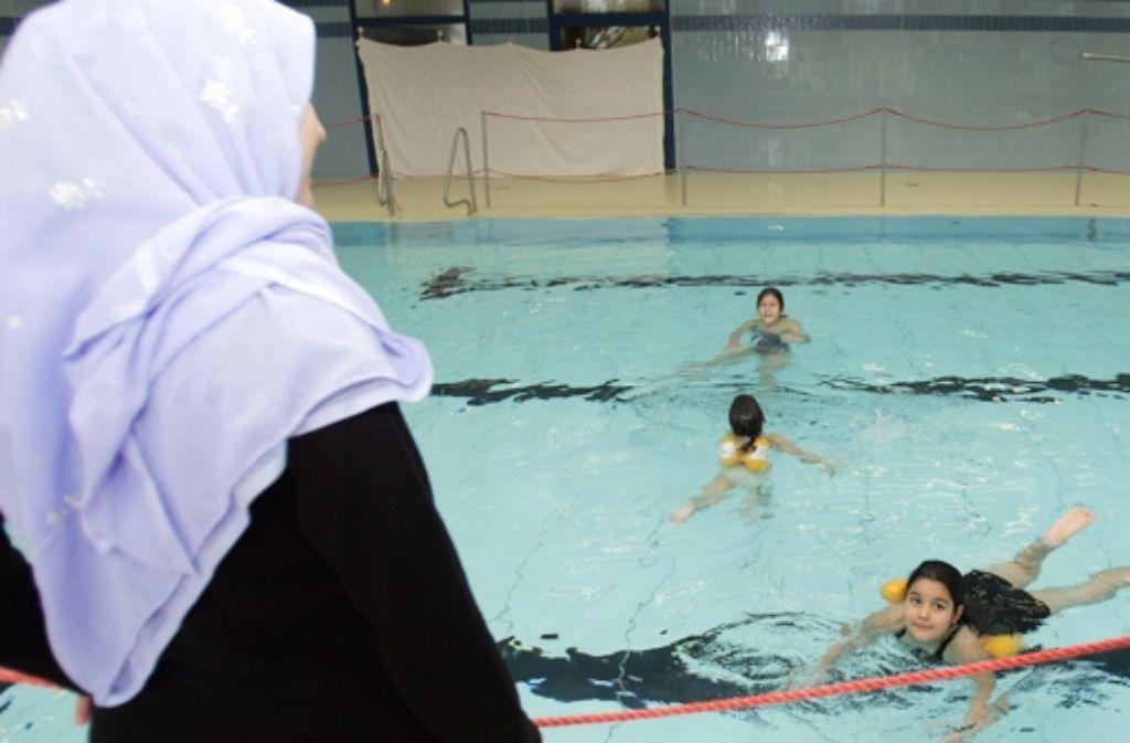 Eine muslimische Schülerin kann zur Teilnahme am Schwimmunterricht verpflichtet werden, das hat das Bundesverwaltungsgericht in Leipzig entschieden. Foto: dpa
