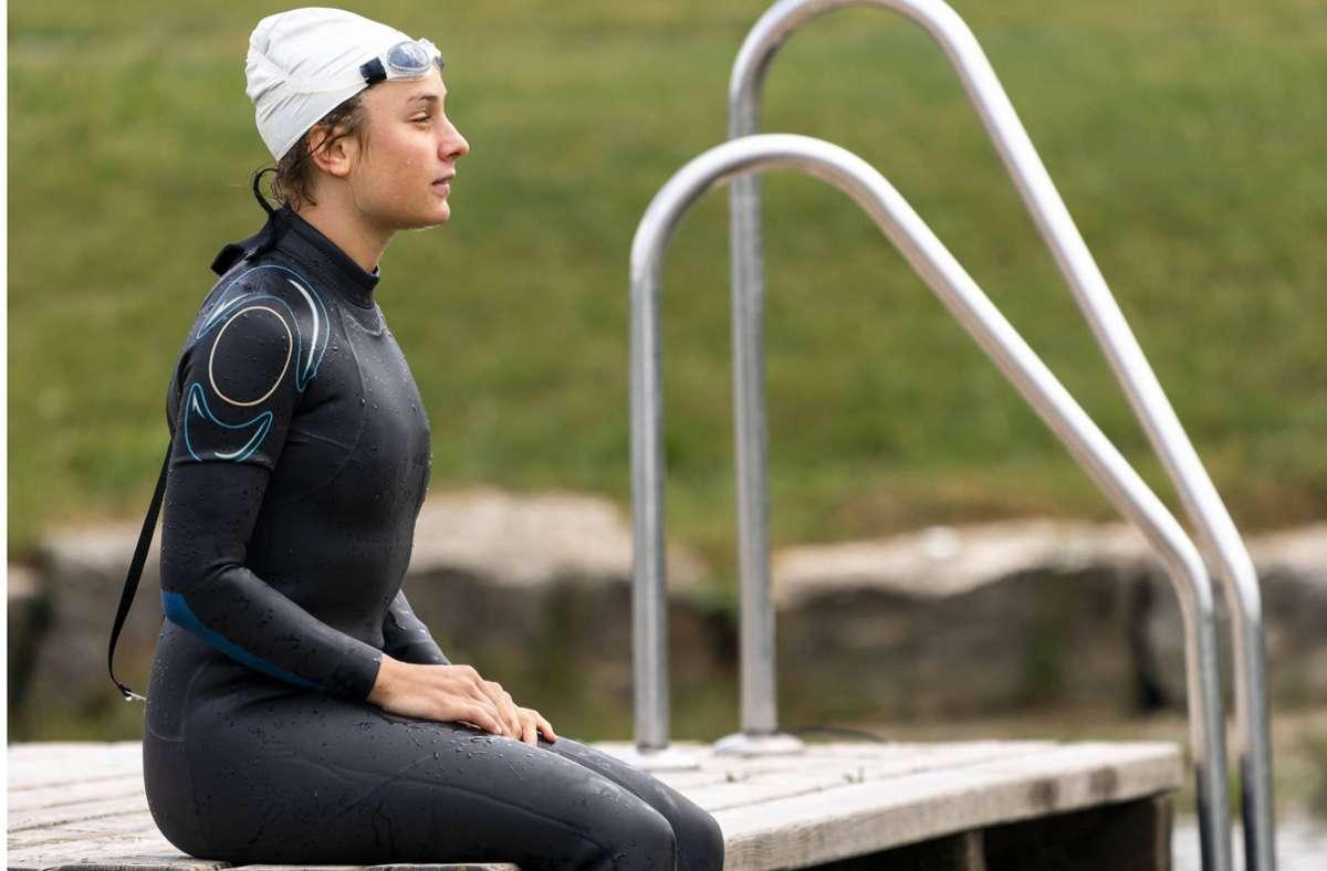 Ein Neoprenanzug ist beim Freiwasserschwimmen in den kalten Jahreszeiten unverzichtbar. Foto: imago images/Westend61/Stefan Schurr