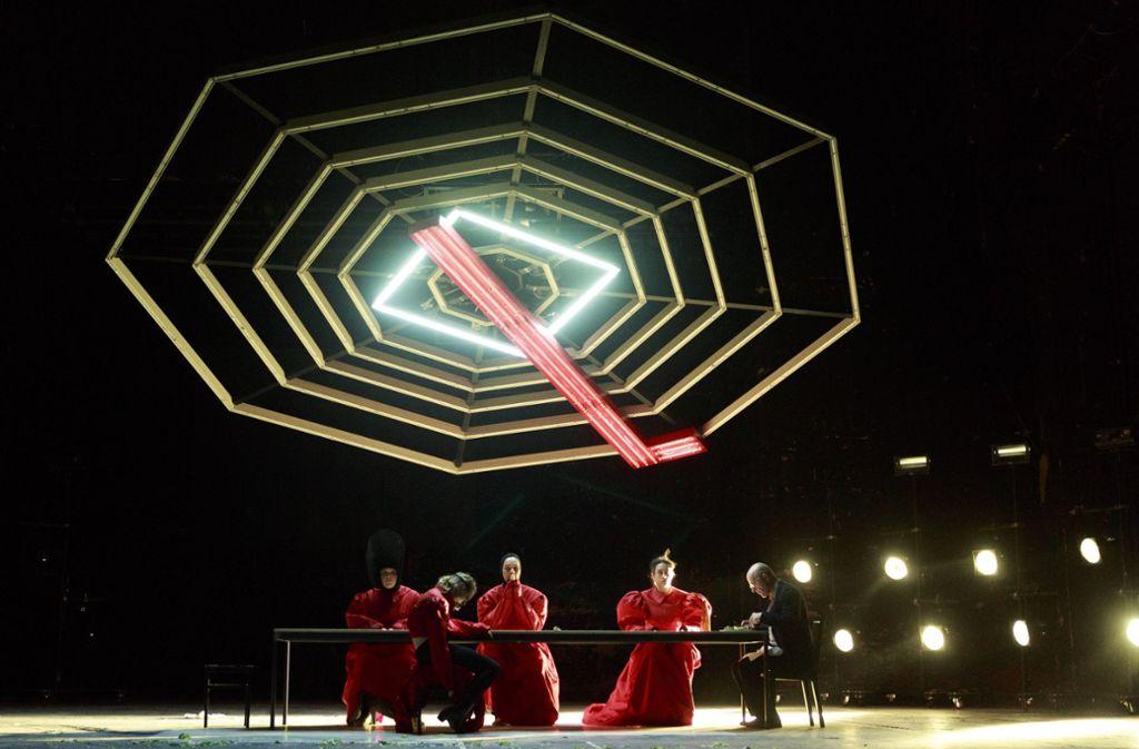 """Bildermächtige Inszenierung von Robert Borgmann: Szene aus Rainald Goetz' """"Krieg"""" im Berliner Ensemble. Foto: dpa"""