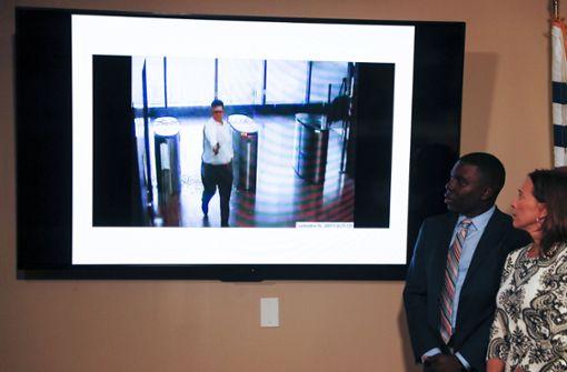 Angreifer erschießt drei Menschen in Bürogebäude