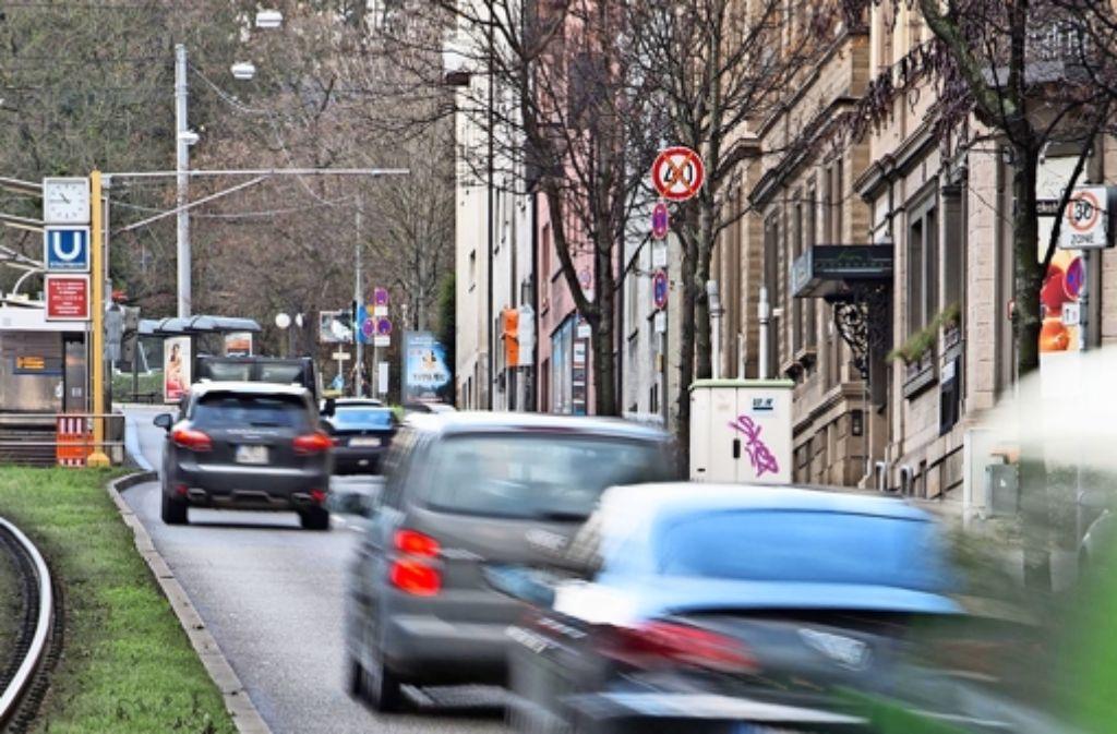 Die Messstation an der Hohenheimer Straße registriert sauberere Luft,  wenn auch nicht weniger Feinstaub. Wie viel Einfluss  Tempo 40 hat, ist unklar. Foto: Michael Steinert