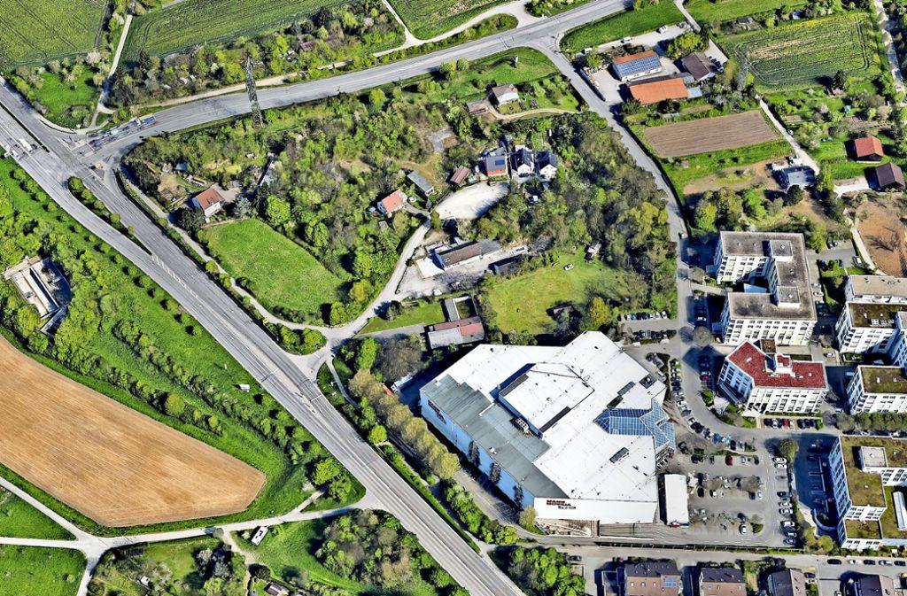 Das Möbelhaus wird nach Norden hin ausgebaut. Die kleine Straße, die rechts von der B27 wegführt, wird zur Zufahrt für Kunden ertüchtigt. Foto: Google Earth
