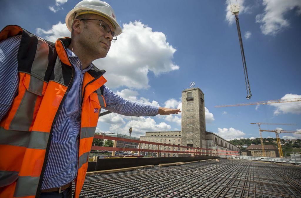 Michael Pradel begutachtet die Stelle, an der ein erster Dachabschnitt des neuen Bahnhofs entstehen soll. Foto: Lichtgut/Leif Piechowski