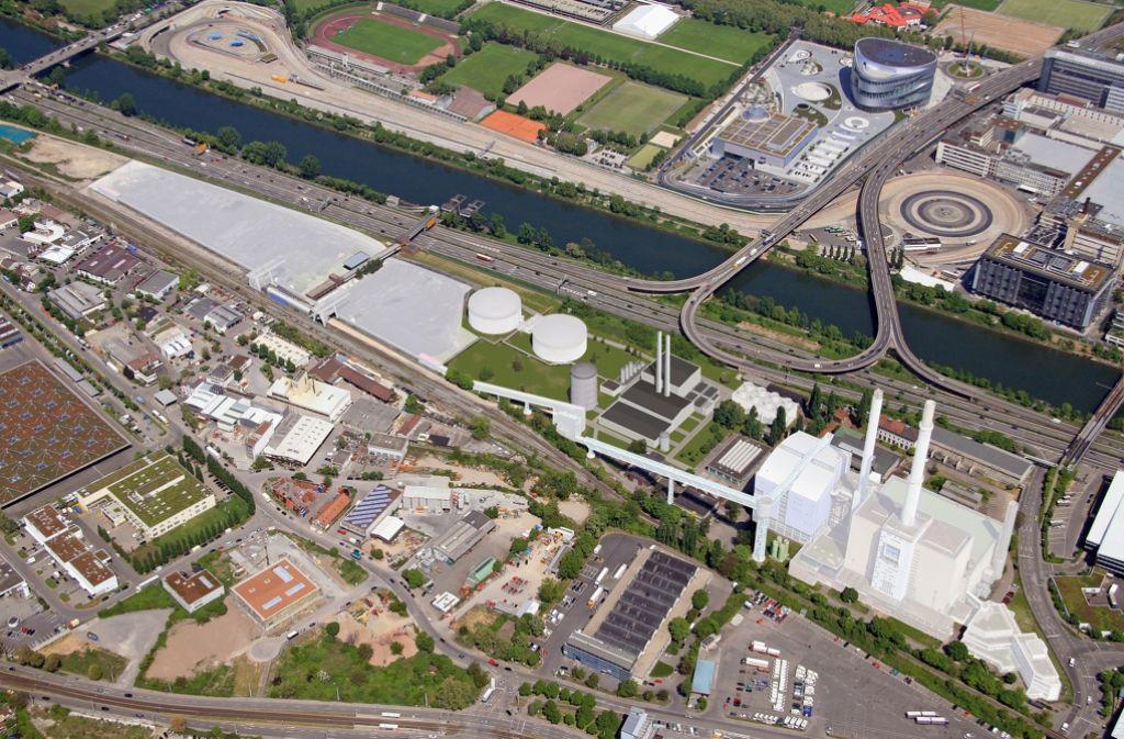 Von 2019 an möchte die EnBW neben Neckar und B10 ein kleineres, moderneres Gasheizkraftwerk haben – die alte Anlage (weiß eingefärbt rechts) und das Kohlelager (li.) könnten entfallen. Foto: EnBW