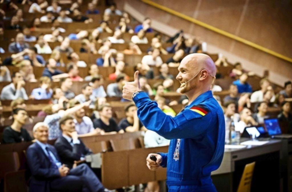 Alexander Gerst begeistert bei seinem Vortrag an der Uni Stuttgart die Zuhörer. Foto: Lichtgut/Zweygarth