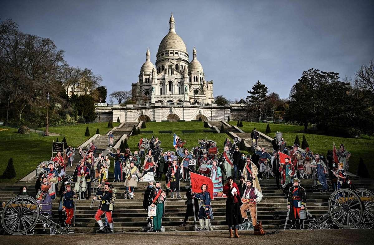 Die Silhouetten von Kämpfern der Pariser Kommune sind unterhalb der Basilika  Sacré Coeur zu bestaunen. Vor 150 Jahren begann am Montmartre der Aufstand der Armen, die eine gleichberechtigte Gesellschaft aufbauen wollten, endete aber in einem Blutbad. Foto: AFP/ANNE-CHRISTINE POUJOULAT