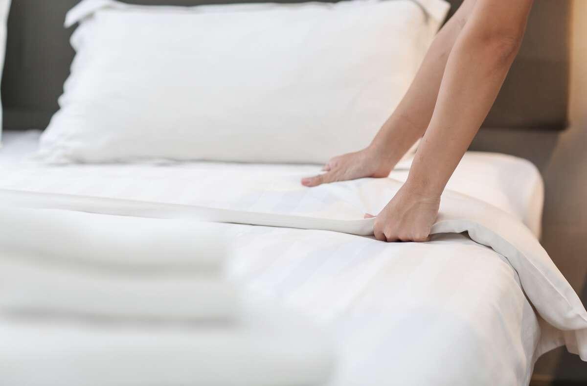In diesem Artikel erfahren Sie, wie oft Sie Ihre Bettwäsche wechseln müssen, damit Ihr Bett frisch und sauber bleibt. Foto: Papzi555 / Shutterstock.com