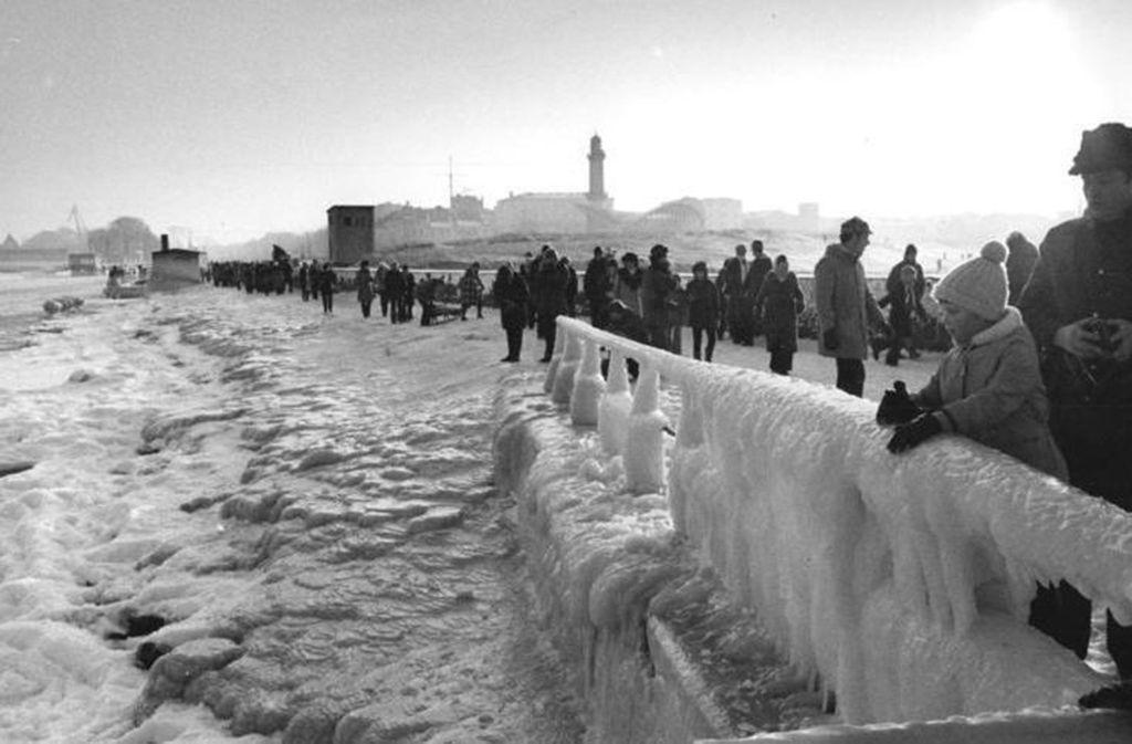 Rostock, 9. Januar 1979: Der Strand und die Mole von Warnemünde sind in einen dicken Schnee- und Eispanzer eingehüllt. Foto: Wikipedia commons/Bundesarchiv, Jürgen Sindermann/Bild 183-U0109-0016/CC-BY-SA 3.0
