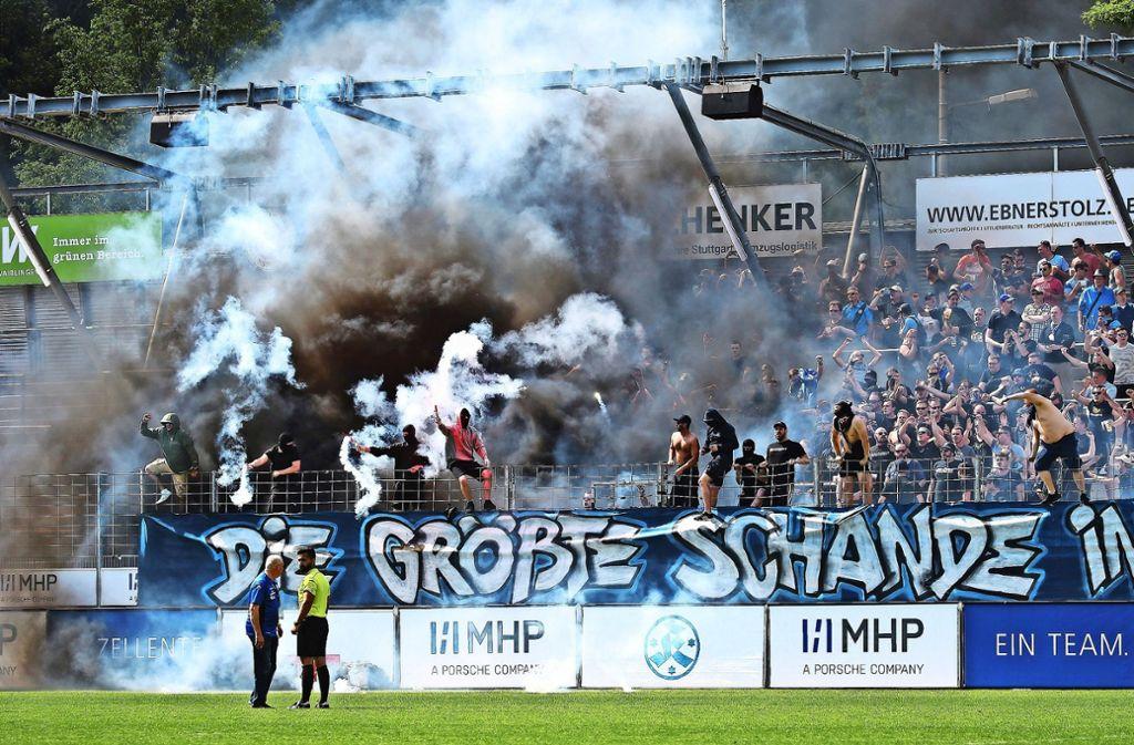 Dicke Luft in Degerloch: Einige  Fans der Stuttgarter Kickers    zeigen ihren Frust über den Abstieg in die Oberliga sehr deutlich. Foto: Baumann