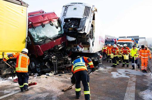 Vier Lastwagen krachen ineinander – Autobahn gesperrt