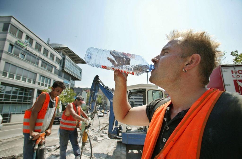 Ein Bauarbeiter löscht bei Hitze seinen Durst. Foto: Achim Zweygarth