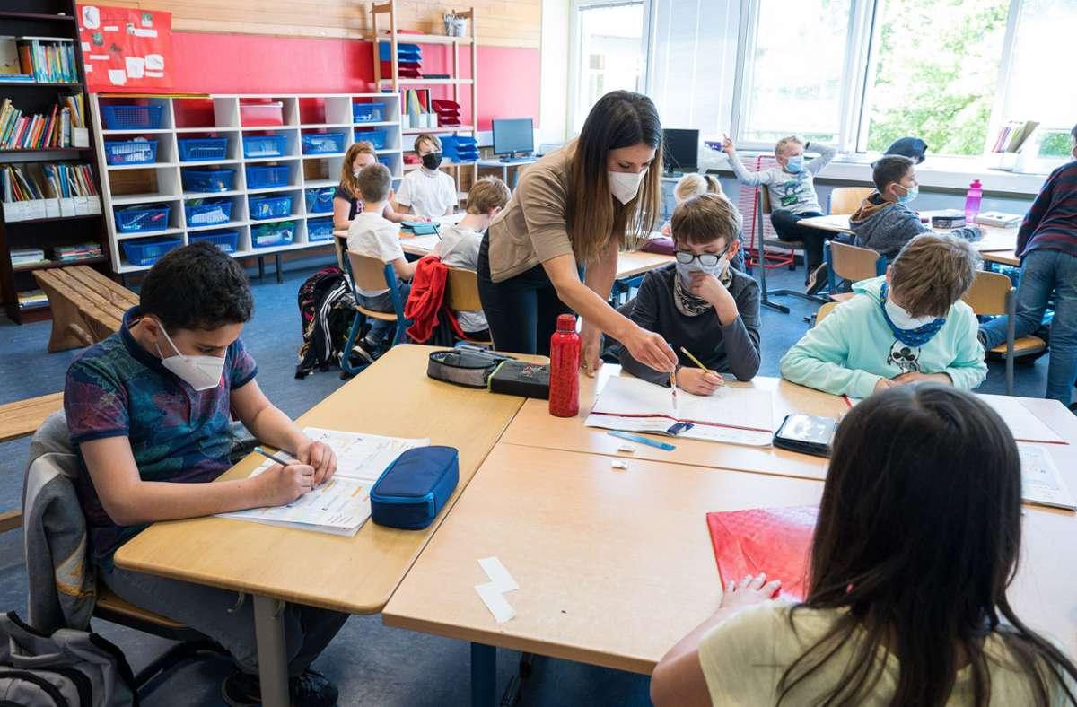 Lehrer sind gefragt – aber direkt nach dem Referendariat müssen sie immer noch in die unbezahlten Sommerferien. Foto: dpa/Oliver Dietze