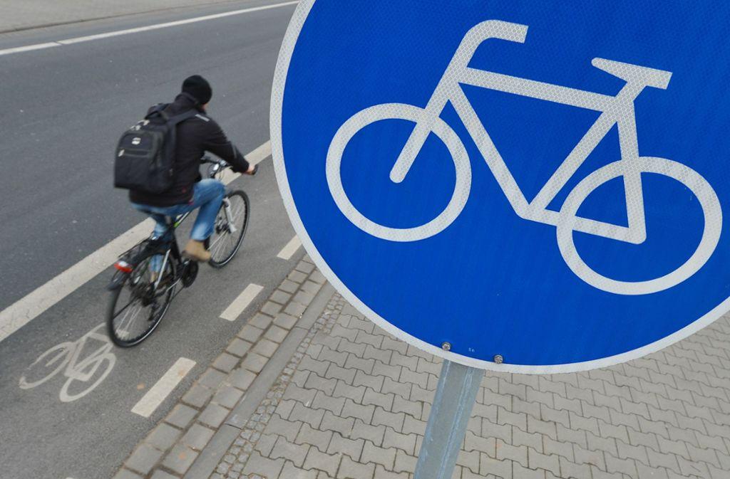 Die Stadt richtet auf der Theodor-Heuss-Straße und in der Holzgartenstraße neue provisorische Radfahrspuren ein. Foto: dpa/Arne Dedert
