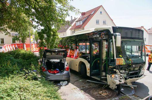 Linienbus kollidiert mit Auto – zwei Schwerverletzte