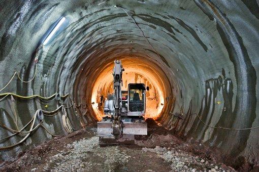 Lautstarker Protest schallt den geladenen Gästen bei der Tunneltaufe entgegen. Die folgenden Bilder zeigen die Stuttgart-21-Gegner, später zeigen wir Fotos aus dem angestochenen Tunnel. Foto: Beytekin