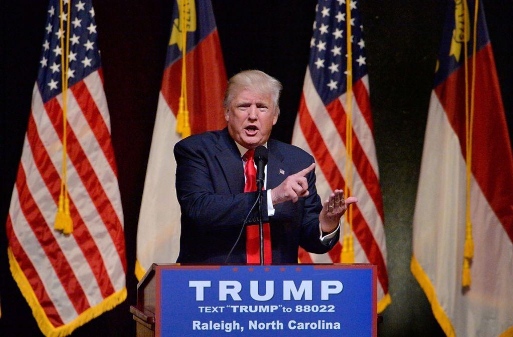 Der republikanische Präsidentschaftsbewerber Donald Trump hat seiner voraussichtlichen demokratischen Rivalin Hillary Clinton Bestechung von US-Justizministerin Loretta Lynch vorgeworfen. Foto: Getty AMERICA