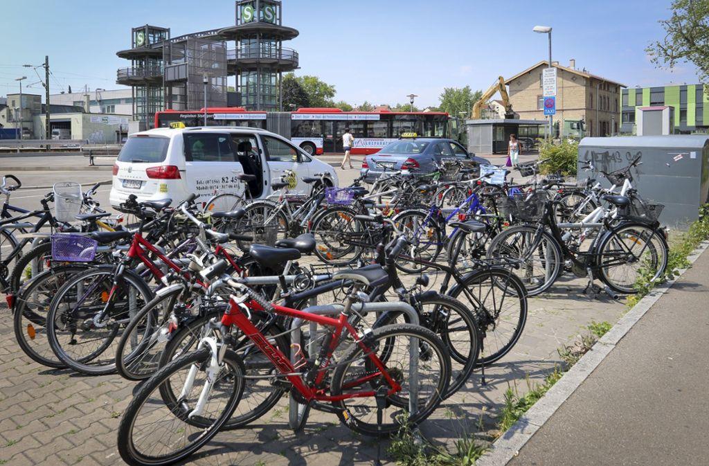 Am Bahnhof soll es künftig weit mehr Radabstellplätze geben. Foto: factum/Granville