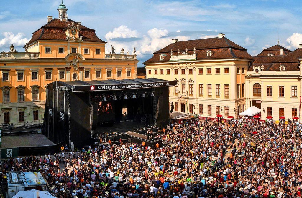 Der Schlosshof in Ludwigsburg ist am Samstag mit 10 000 Menschen restlos ausverkauft gewesen, wo  viele Bands der 90er-Jahre ein Gastspiel gaben. Foto: factum