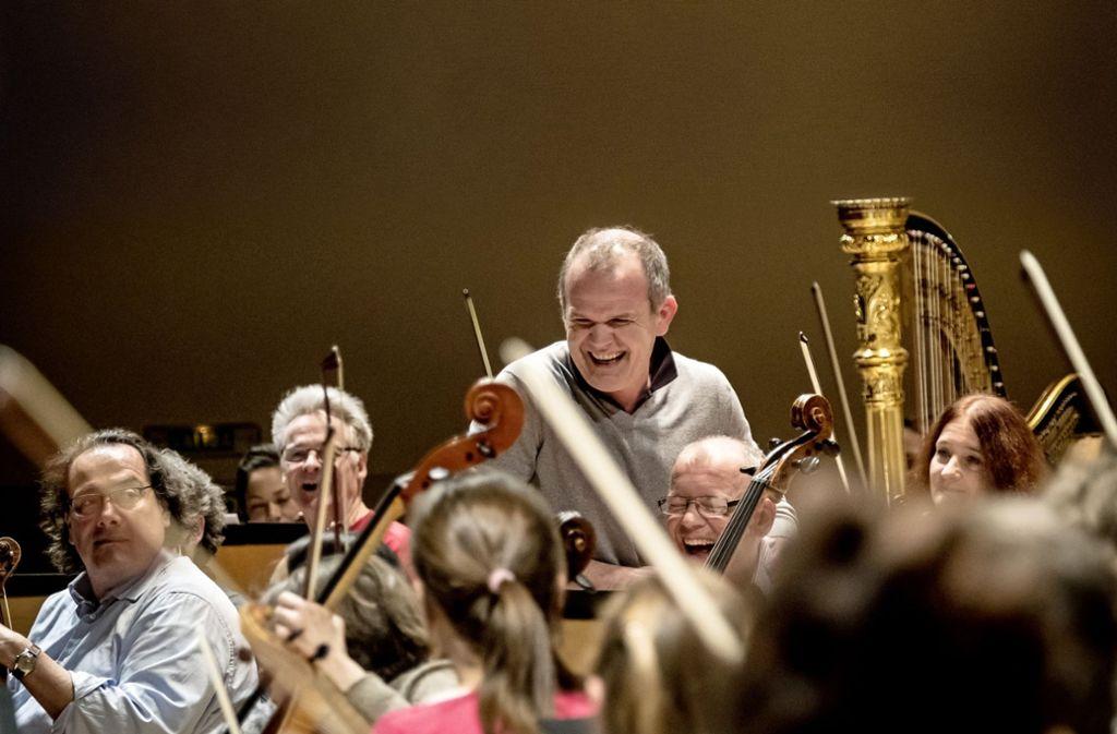 François-Xavier Roth mit Musikern des Gürzenich-Orchesters Köln Foto: Holger Talinski