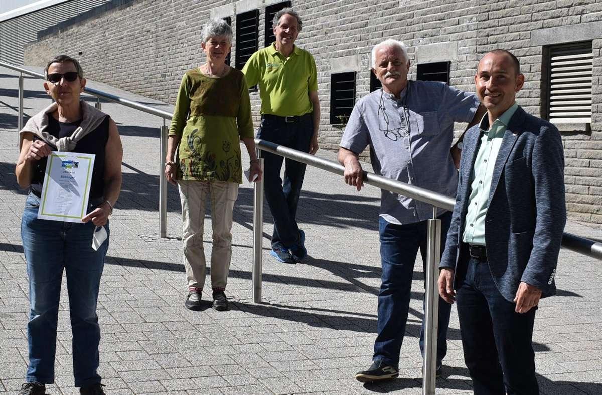 Mitglieder der Steuerungsgruppe Fairtrade mit OB Stefan Belz (v.l.): Christiane Ris, Bärbel Ferkinghoff-Wiese, Max Nowak, Werner Hesselmaier und Stefan Belz. Foto: Stadt Böblingen
