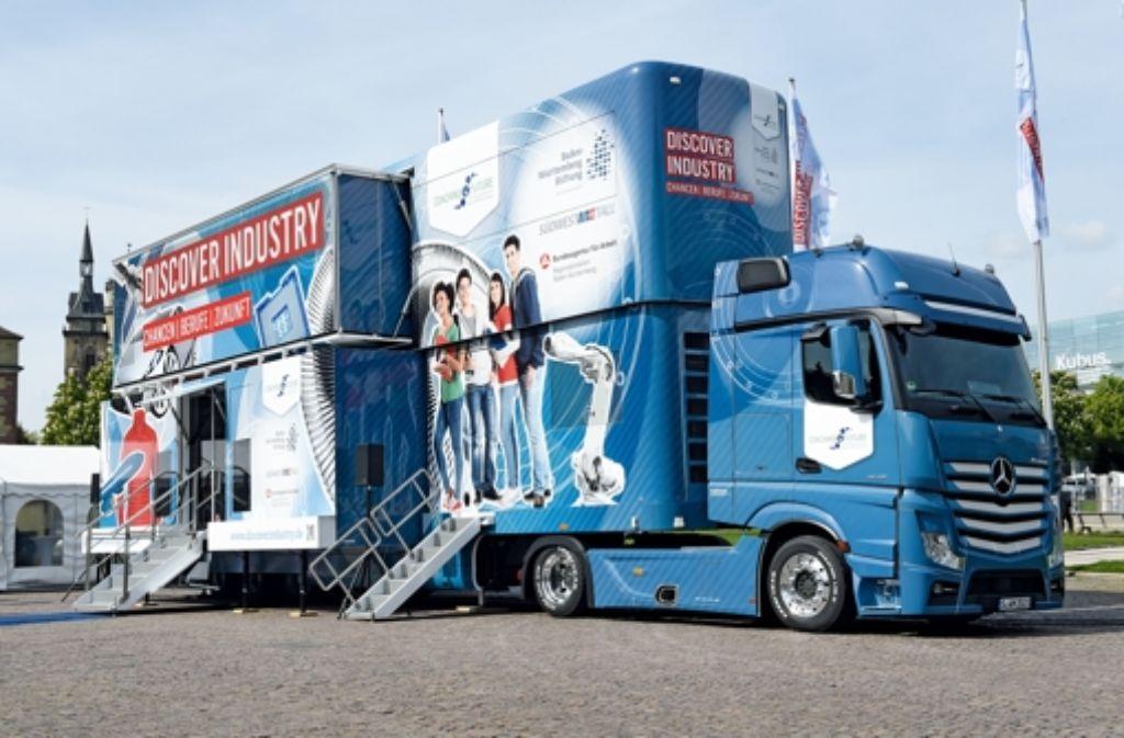 Im zweistöckigen Discover Industry Truck können Schüler Technik und Industrie zum Anfassen erleben. Foto: Baden-Württemberg Stiftung