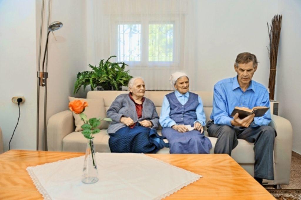 Carl aus Kanada ist dem Ruf von Beth El  gefolgt. Er singt mit den alten Damen das Gotteslob – auf Deutsch. Foto: