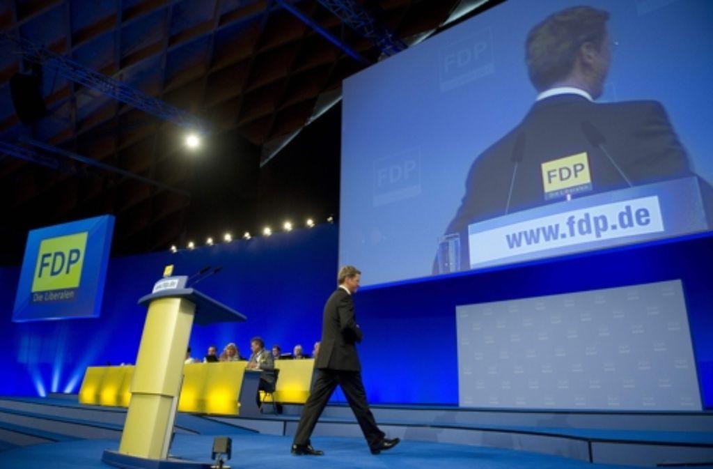Guido Westerwelle verlässt nach einer Rede in Rostock die Bühne. Foto: AFP