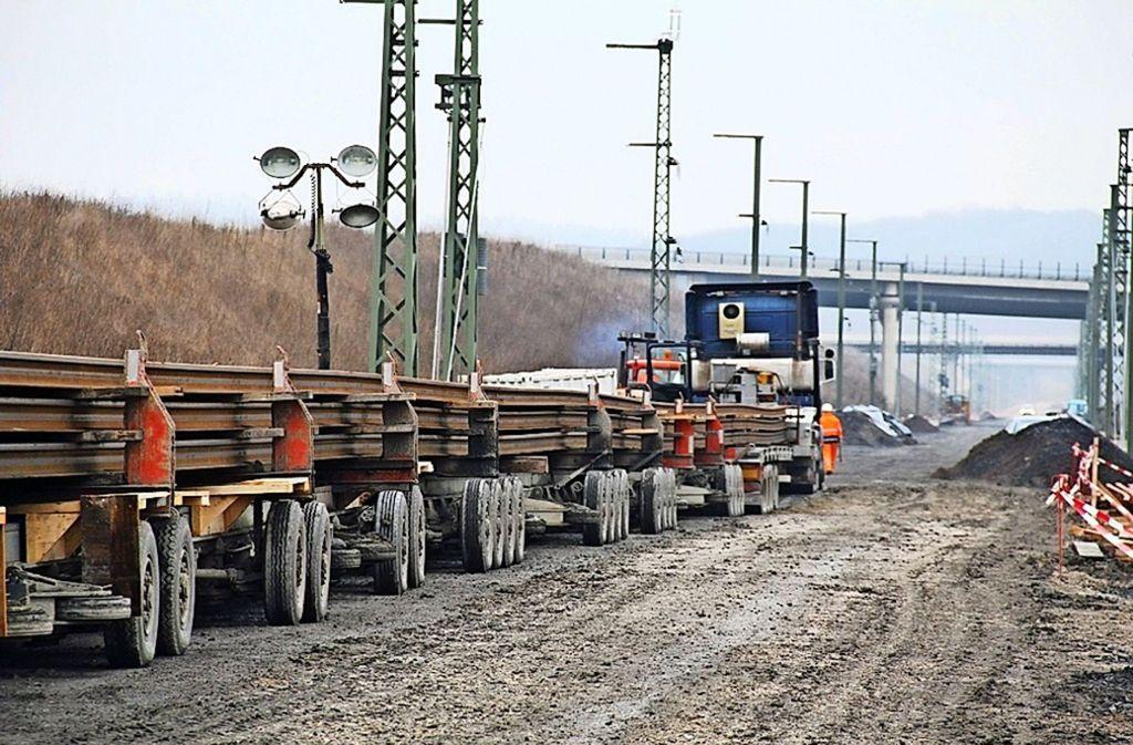 Die Schienen werden mit Spezialfahrzeugen auf die Baustelle gebracht.   Dieses Bild stammt vom Bau der Schnellfahrstrecke München–Berlin. Foto: Deutsche Bahn