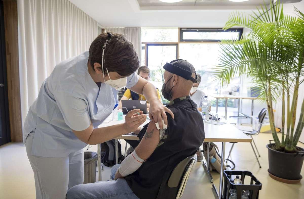 Krankenpflegerin Susanne Weiß impft einen der Wilhelma-Besucher. Foto: Lichtgut/Julian Rettig