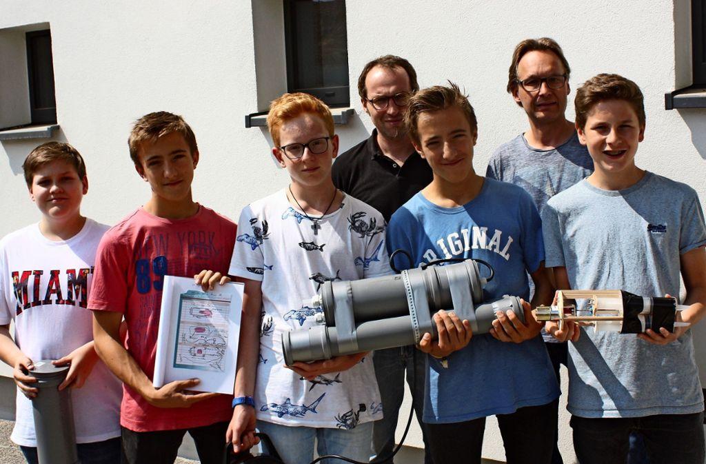 Die Schüler der Freien Evangelischen Schule präsentieren stolz ihr selbstgebasteltes U-Boot und die Konstruktionspläne. Foto: Christoph Kutzer