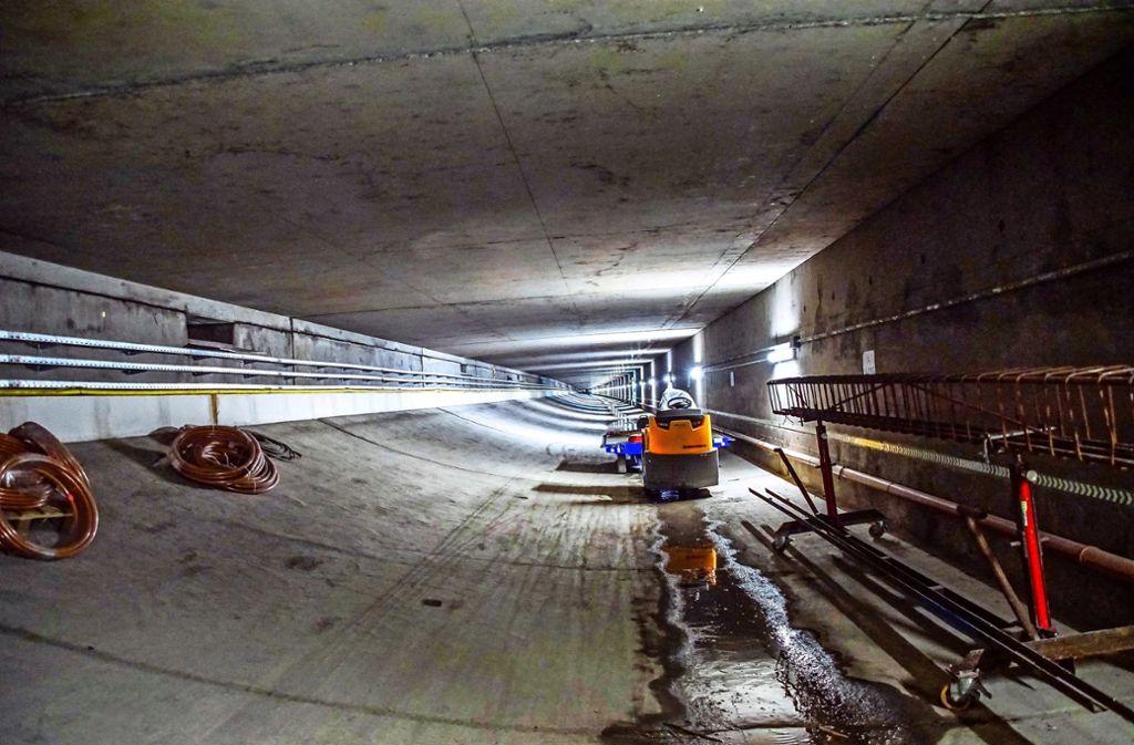 Für die Autofahrer unsichtbar, wird in den Abluft- und  Medienkanälen  unter der Tunnelfahrbahn  bereits   seit Monaten gearbeitet. Fotos: Foto: SDMG