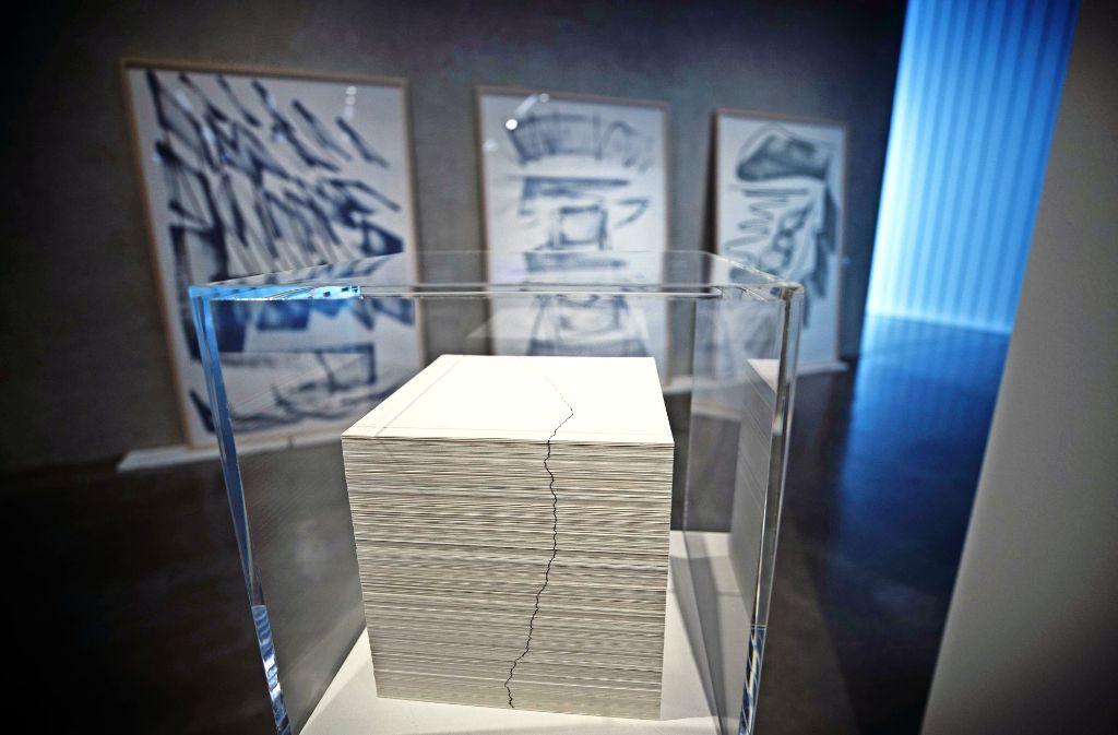 Katharina Hinsberg hat auf 934 Papierbögen eine Linie gezeichnet, die Blätter gestapelt  – und so  eine neue Linie geschaffen. Foto: Stoppel