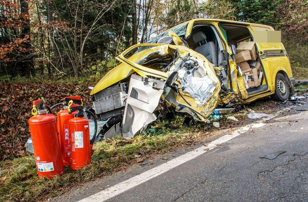 Der Fahrer des Postautos wurde schwer verletzt. Foto: SDMG