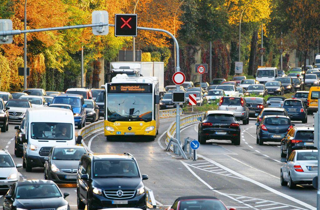Einer der Schnellbusse in der Pole-Position: Durch eine besondere Verkehrsführung und Verkehrssteuerung sollen sie gut durchs Gewühl kommen. Foto: Lichtgut/Leif Piechowski