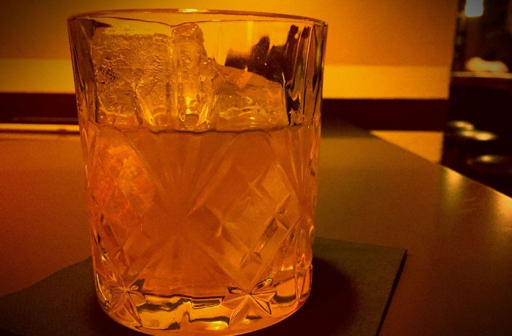 Klassischer geht es kaum: Spirituose, Zucker, Bitter – fertig ist der Old Fashioned. Foto: Lukas Jenkner