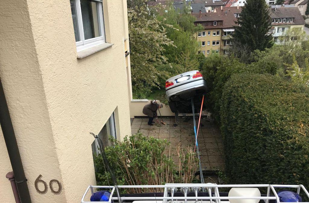 Die 91-Jährige wird von der Polizei aus ihrem Wagen in Esslingen befreit und muss ins Krankenhaus. Foto: 7aktuell.de/Simon Adomat