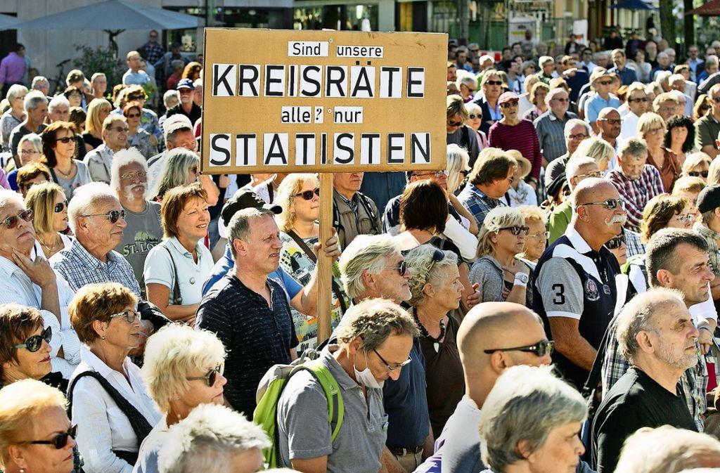 """Diese Frage eines Teilnehmers  der """"Nein-Kundgebung"""" auf dem Marktplatz  zu den Müllheizkraftwerk-Plänen stellen sich mittlerweile auch einige Kreisräte. Foto: Horst Rudel"""