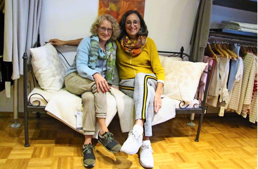 Bei der Langen Kürbisnacht am Wochenende beginnt im Laden von Irene Köcheler und Brigitte Schultz  der Abverkauf. Foto: Claudia Barner