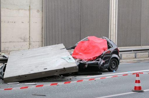 Betonteil stürzt auf Auto