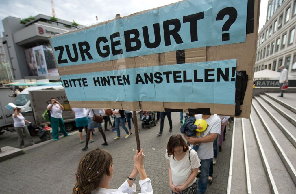 Hebammen protestieren in Stuttgart. Am Samstag, 5. Mai, ist wieder eine Aktion geplant. Foto: dpa