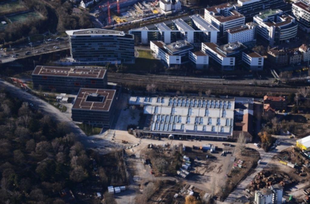 Aus der Luft sieht man den Wagenhallen ihren Sanierungsbedarf kaum an. Foto: Storck