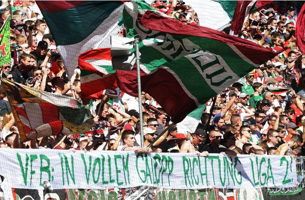 Die Fans des FC Augsburg verhöhnen den VfB Stuttgart. Behalten sie Recht? Foto: Baumann